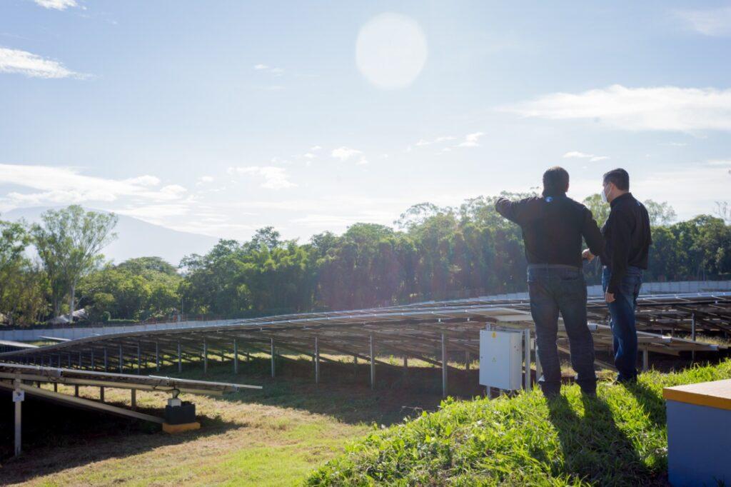 AES continúa colocando paneles solares para energía renovable