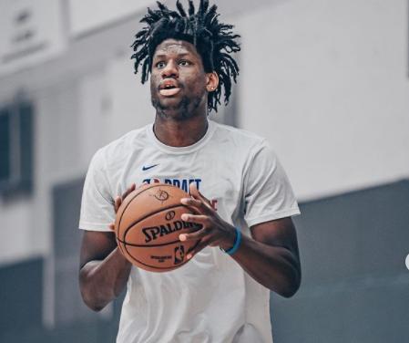 LA Clippers contratan al pívot Daniel Oturu