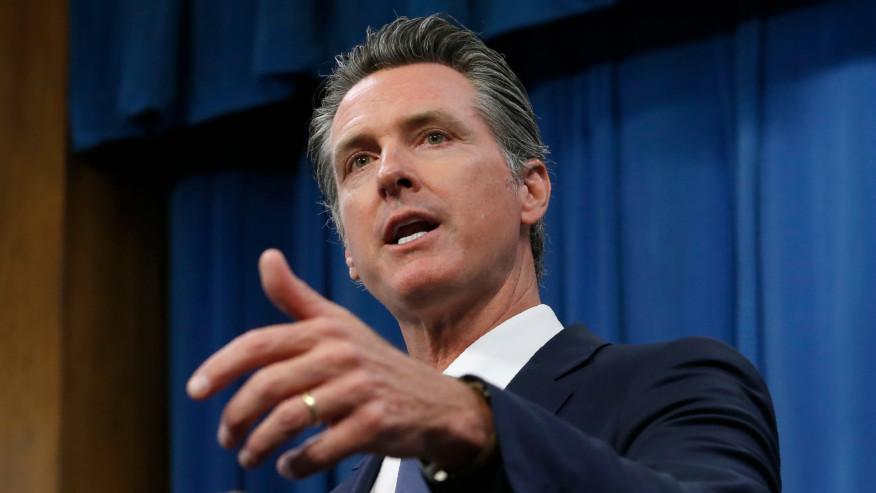 Gobernador de California está en cuarentena tras estar expuesto a COVID-19