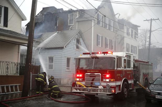 Incendio destruye tres casas en Massachusetts