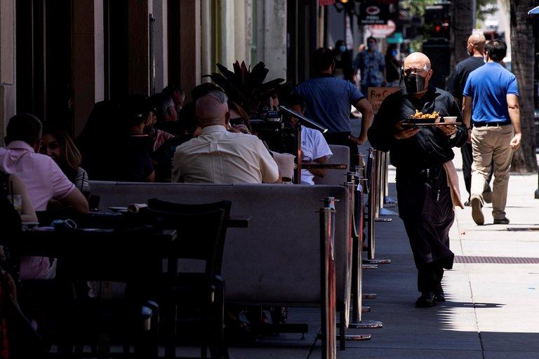 Los Ángeles prohíbe a los restaurantes tener servicio en mesa tras aumento de contagios de COVID-19