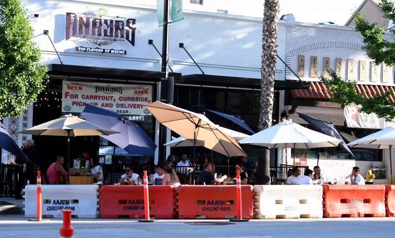 Restaurantes en Pasadena abren en Acción de Gracias a pesar de prohibición en L.A