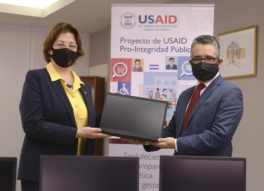 USAID entrega laptops al MINED para fortalecer Oficina de Atención Ciudadana