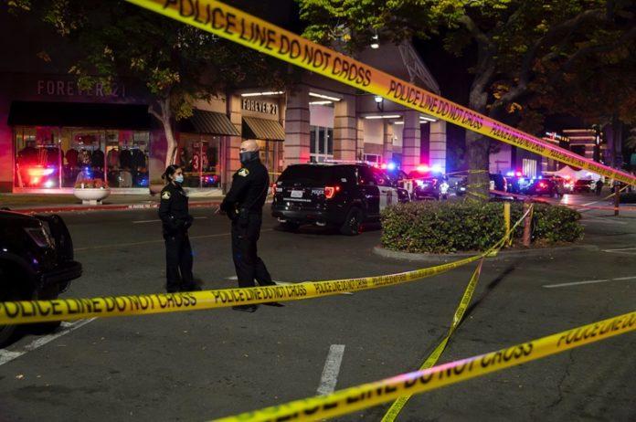 Tiroteo en centro comercial de California deja un muerto y un herido