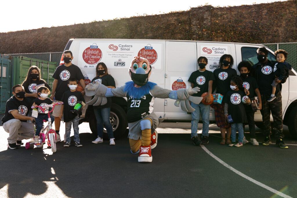 LA Clippers y Cedars-Sinai donan juguetes y máscaras a organizaciones de juventud locales