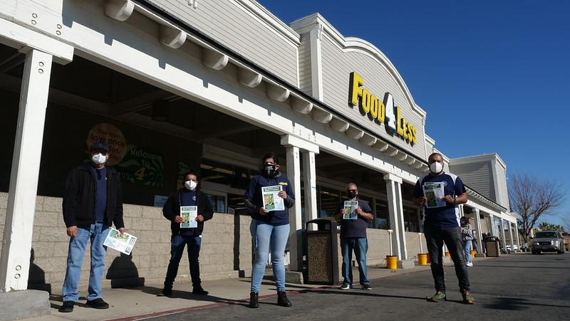 Trabajadores de Tienda Food 4 Less protestan en Palmdale para exigir su cierre temporal y mayor protección
