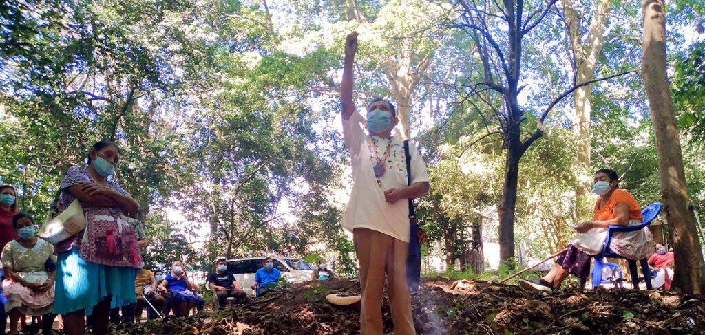 Comunidad de Indígenas de Izalco realizan ceremonia para venerar al sol