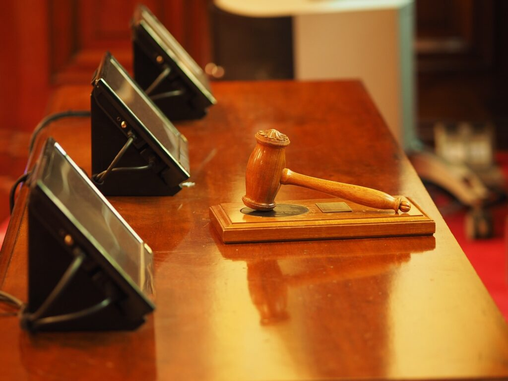 Asesor de riesgos de Carolina del Norte es condenado a prisión por fraude fiscal y posesión ilegal de un arma de fuego
