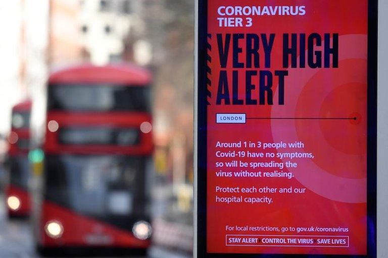Reino Unido considera medidas tras confirmar que nueva cepa de COVID-19 se propaga más rápido