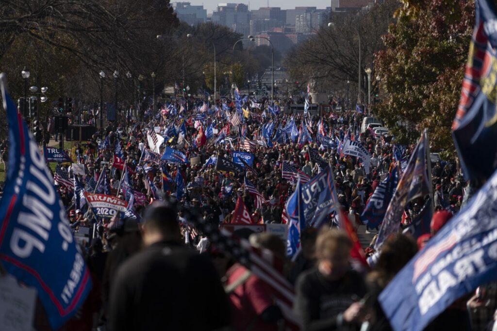 Simpatizantes de Trump protestan en Washington contra el supuesto fraude