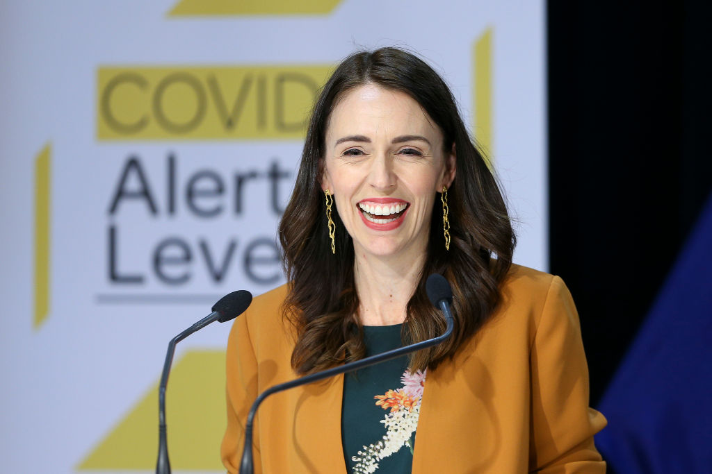 La primera ministra de Nueva Zelanda Jacinda Ardern recibe la vacuna contra el coronavirus