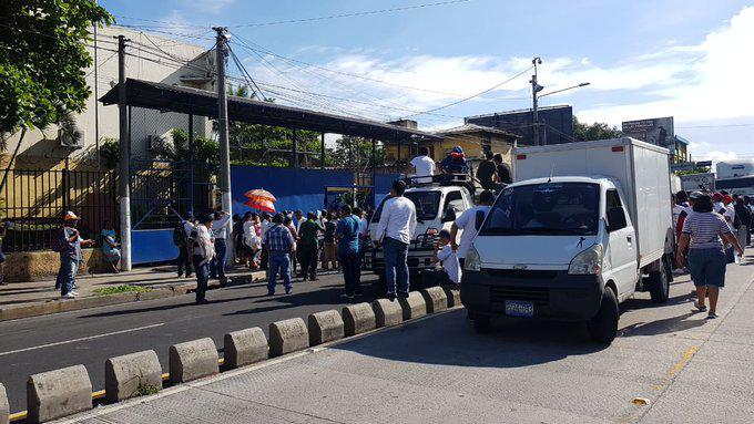Vendedores de La Tiendona cierran calles por aumento a los impuestos