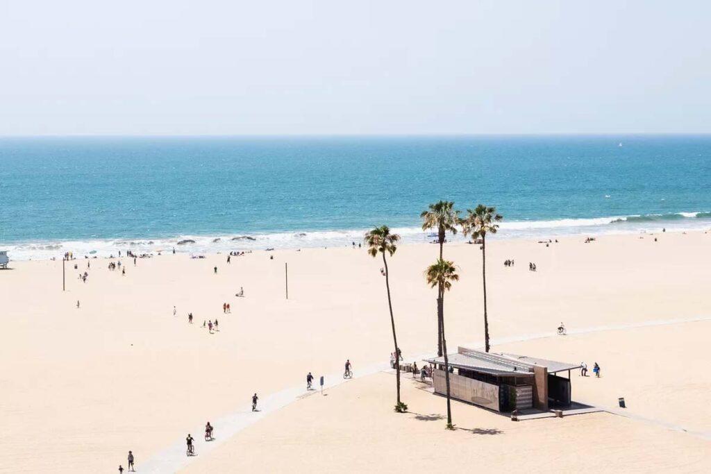 Los Ángeles avisa sobre el uso del agua en las playas del condado