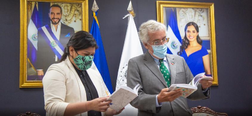 Chile dona libros que llegarán a bibliotecas públicas y CUBO