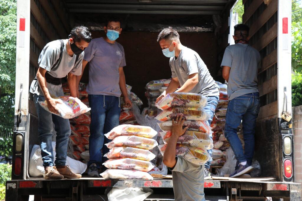 Sistema Fedecrédito realiza donativo de paquetes alimenticios y láminas