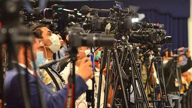 APES pide cese al hostigamiento digital de Bukele hacia periodistas