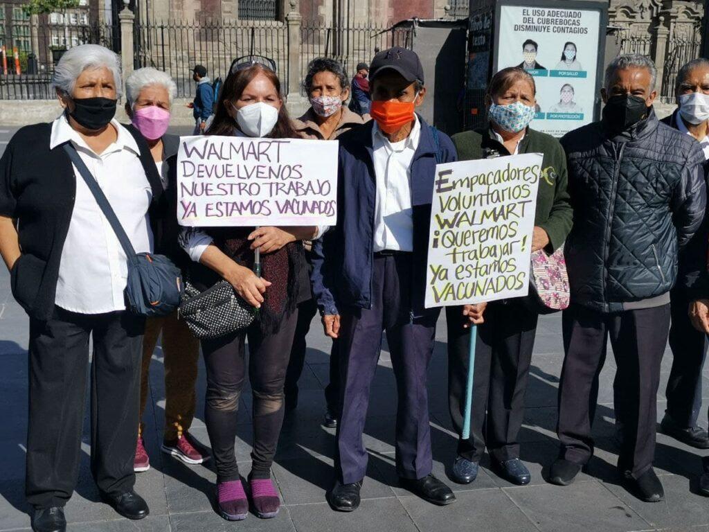 Adultos mayores empacadores de Walmart México protestan tras perder su empleo